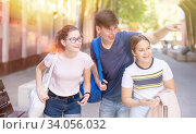 Купить «Guy points out something interesting to two girls», фото № 34056032, снято 30 июня 2020 г. (c) Яков Филимонов / Фотобанк Лори