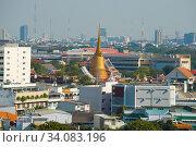 Купить «Ступа буддистского храма в пейзаже современного Бангкока. Таиланд», фото № 34083196, снято 31 декабря 2018 г. (c) Виктор Карасев / Фотобанк Лори