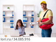 Купить «Young male courier delivering pizza to the office», фото № 34085916, снято 22 ноября 2019 г. (c) Elnur / Фотобанк Лори