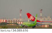 Купить «S7 Boeing 737 departure», видеоролик № 34089616, снято 17 июня 2020 г. (c) Игорь Жоров / Фотобанк Лори