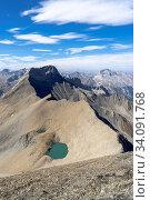 Der Piz Üertsch (Gipfel aus Dolomit-Gestein) und der Piz Ela (rechts hinten, ebenfalls Dolomit). Sicht vom Piz Blaisun (Kalk). Namenlose Seen. Albula-Region, Graubünden. Стоковое фото, фотограф Fredy Joss / age Fotostock / Фотобанк Лори