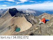 Der Piz Üertsch (Gipfel aus Dolomit-Gestein) und der Piz Ela (Bildmitte hinten, ebenfalls Dolomit). Sicht vom Piz Blaisun (Kalk). Namenlose Seen. Albula-Region, Graubünden. (model release) Стоковое фото, фотограф Fredy Joss / age Fotostock / Фотобанк Лори