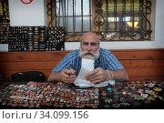 Купить «Вернисаж в Измайлово, коллекционер значков», эксклюзивное фото № 34099156, снято 27 июня 2020 г. (c) Дмитрий Неумоин / Фотобанк Лори
