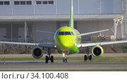 Купить «S7 Embraer E170 departure», видеоролик № 34100408, снято 17 июня 2020 г. (c) Игорь Жоров / Фотобанк Лори