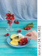Купить «Завтрак. Сырники и ягоды на синем столе», фото № 34100432, снято 31 мая 2020 г. (c) Наталья Гармашева / Фотобанк Лори