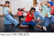 Купить «Kids training hip hop in dance studio», фото № 34100672, снято 15 июля 2020 г. (c) Яков Филимонов / Фотобанк Лори