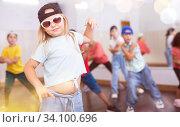 Купить «Kids training hip hop in dance studio», фото № 34100696, снято 30 июня 2020 г. (c) Яков Филимонов / Фотобанк Лори