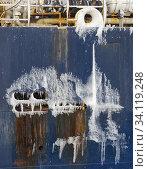 Vereistes Speigatt. Trawler Lomur von Royal Greenland. Winter im Hafen der Stadt Ilulissat an der Disko Bucht in Westgroenland, Zentrum fuer Tourismus... Стоковое фото, фотограф Martin Zwick / age Fotostock / Фотобанк Лори