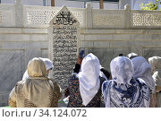 Uzbekistan, Bukhara surroundings, Muslim pilgrims before the tombstone of sufi Saint Baha-ud-Din Naqshband. (2018 год). Редакционное фото, фотограф Christophe Boisvieux / age Fotostock / Фотобанк Лори