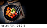 Bulgur mit gebratenem fleisch und joghurtsoße. Стоковое фото, фотограф Zoonar.com/Darius Dzinnik / easy Fotostock / Фотобанк Лори