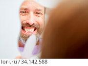 Купить «Mann beim Zahnarzt freut sich über seine Zahnfarbe nach der professionellen Zahnaufhellung», фото № 34142588, снято 3 июля 2020 г. (c) age Fotostock / Фотобанк Лори