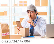 Male employee working in box delivery relocation service. Стоковое фото, фотограф Elnur / Фотобанк Лори