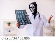 Купить «Male devil doctor radiologist working in the clinic», фото № 34153896, снято 3 февраля 2020 г. (c) Elnur / Фотобанк Лори