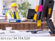 Old male architect working in the office. Стоковое фото, фотограф Elnur / Фотобанк Лори