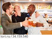 Freunde auf einem Männerabend beim Bier trinken in einer Kneipe oder Bar. Стоковое фото, фотограф Zoonar.com/Robert Kneschke / age Fotostock / Фотобанк Лори