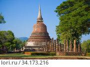 Буддистская ступа на руинах старинного храма в историческом парке города Сукхотай солнечным днем. Таиланд (2016 год). Стоковое фото, фотограф Виктор Карасев / Фотобанк Лори