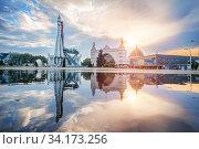 Москва, ВДНХ. Макет ракеты Восток и павильон Космос с отражением в воде. Редакционное фото, фотограф Baturina Yuliya / Фотобанк Лори
