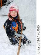 A blonde girl has fun in the snow ein blondes Mädchen hat Spass im Schnee. Стоковое фото, фотограф Zoonar.com/Eric Hepp / easy Fotostock / Фотобанк Лори