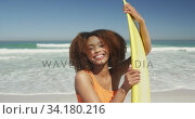 African American holding her surfboard. Стоковое видео, агентство Wavebreak Media / Фотобанк Лори