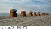 Eine Reihe mit Strandkörben am Timmendorfer Strand auf Poel. Стоковое фото, фотограф Zoonar.com/claudia moeckel / easy Fotostock / Фотобанк Лори