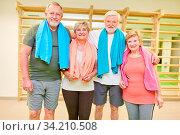 Gruppe Senioren als Freunde im Fitness Kurs oder in der Rückengymnastik in der Turnhalle. Стоковое фото, фотограф Zoonar.com/Robert Kneschke / age Fotostock / Фотобанк Лори