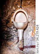 Alte Toilette Herren WC pissoir. Стоковое фото, фотограф Zoonar.com/dk-fotowelt / easy Fotostock / Фотобанк Лори
