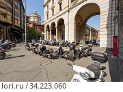 View of the Filippo Meda Square in the historical centre of Milan. Region of Lombardy, Italy, Europe. (2018 год). Редакционное фото, фотограф Bala-Kate / Фотобанк Лори