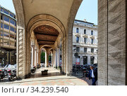 Old arched passageway between Filippo Meda Square and Belgioioso square in historical centre of Milan. Region of Lombardy, Italy, Europe. (2018 год). Редакционное фото, фотограф Bala-Kate / Фотобанк Лори