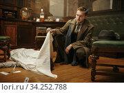 Detective looking on victim's body, crime scene. Стоковое фото, фотограф Tryapitsyn Sergiy / Фотобанк Лори