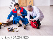 Experienced paramedic helping workman bitten by snake. Стоковое фото, фотограф Elnur / Фотобанк Лори