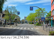 Zentrum/Innenstadt der Stadt Weil am Rhein im Dreiländereck Deutschland,Schweiz,Frankreich. Hauptstrasse Richtung Westen. Стоковое фото, фотограф Zoonar.com/JOACHIM G. PINKAWA / easy Fotostock / Фотобанк Лори