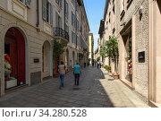 Historical centre. View of the pedestrian shopping street - Via Della Spiga. City of Milan, region of Lombardy, Italy, Europe. (2018 год). Редакционное фото, фотограф Bala-Kate / Фотобанк Лори