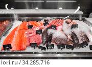 seafood in fish shop fridge display case. Стоковое фото, фотограф Syda Productions / Фотобанк Лори