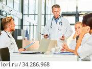 Oberarzt hält ein Referat in einem Seminar für Fortbildung oder einem Ärzte Meeting. Стоковое фото, фотограф Zoonar.com/Robert Kneschke / age Fotostock / Фотобанк Лори