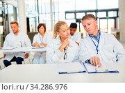 Gruppe Ärzte in einem Seminar zur Weiterbildung hören einem Referat zu. Стоковое фото, фотограф Zoonar.com/Robert Kneschke / age Fotostock / Фотобанк Лори