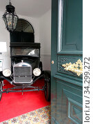 Oldtimer in einem Hauseingang - Ford Modell T, Ponta Delgada, Sao Miguel, Azoren, Portugal. Стоковое фото, фотограф Zoonar.com/Erich Teister / age Fotostock / Фотобанк Лори