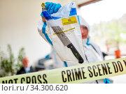 Kriminaltechniker zeigen Messer als Beweismittel am Tatort eines Verbrechens. Стоковое фото, фотограф Zoonar.com/Robert Kneschke / age Fotostock / Фотобанк Лори