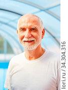 Vitaler Senior Mann als Rentner im Shirt. Стоковое фото, фотограф Zoonar.com/Robert Kneschke / age Fotostock / Фотобанк Лори