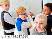 Gruppe Kinder als Geschäftsleute haben eine Idee bei der Planung am Whiteboard. Стоковое фото, фотограф Zoonar.com/Robert Kneschke / age Fotostock / Фотобанк Лори