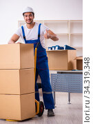 Young male professional mover doing home relocation. Стоковое фото, фотограф Elnur / Фотобанк Лори