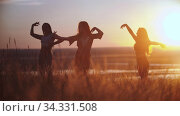 Three young women doing aerobic dance on sunset. Стоковое видео, видеограф Константин Шишкин / Фотобанк Лори