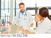 Oberarzt hält ein Referat oder eine Rede in einem Seminar oder einem Ärzte Meeting. Стоковое фото, фотограф Zoonar.com/Robert Kneschke / age Fotostock / Фотобанк Лори