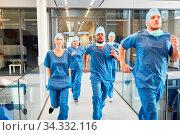 Ärzte Notfall Team läuft schnell zu einem Einsatz in der Notaufnahme in der Klinik. Стоковое фото, фотограф Zoonar.com/Robert Kneschke / age Fotostock / Фотобанк Лори