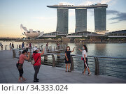 Singapore, Republic of Singapore, Asia - First tourists return to visit the Merlion Park in Marina Bay after the reopening following the partial lockdown... Редакционное фото, фотограф Olaf Schuelke / age Fotostock / Фотобанк Лори