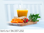 Healthy vegeterian fresh carrot juice with ginger at wooden desk with vegetables. Стоковое фото, фотограф Яков Филимонов / Фотобанк Лори