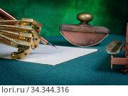 Механическая рука готовится к написанию текста перьевой ручкой. Стоковое фото, фотограф Валерий Александрович / Фотобанк Лори
