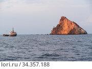 Blick bei einer Schifffahrt auf Fels im Tyrrhenischen Meer - Kalabrien... Стоковое фото, фотограф Zoonar.com/Alfred Hofer / easy Fotostock / Фотобанк Лори