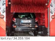 Auto wird in Autowaschstrasse sauber gewaschen - Waschanlage. Стоковое фото, фотограф Zoonar.com/Alfred Hofer / easy Fotostock / Фотобанк Лори