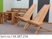 Rustikale Holzmöbel - Tisch, Klappsessel, Sitzbank - Vollholz und... Стоковое фото, фотограф Zoonar.com/Alfred Hofer / easy Fotostock / Фотобанк Лори