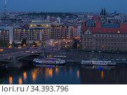 Голубые апрельские сумерки в современной Праге. Чехия (2018 год). Редакционное фото, фотограф Виктор Карасев / Фотобанк Лори